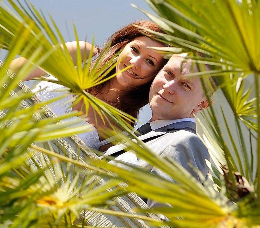 Fotografia plenerowa - parki, ogrody - młoda para pod palmami